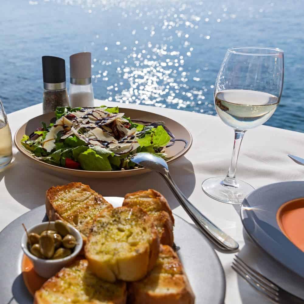 Wein und Essen am Meer