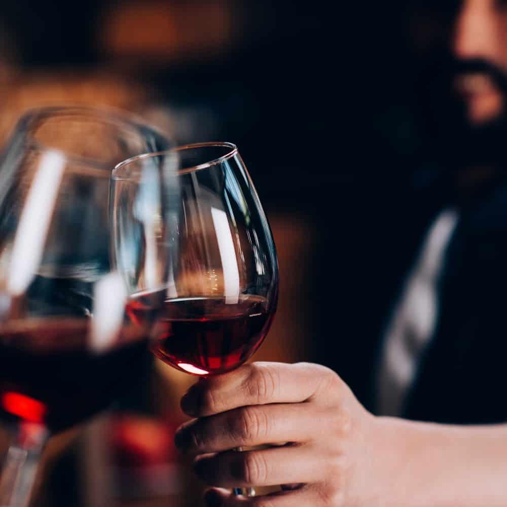 Zwei Weingläser mit Rotwein tosten