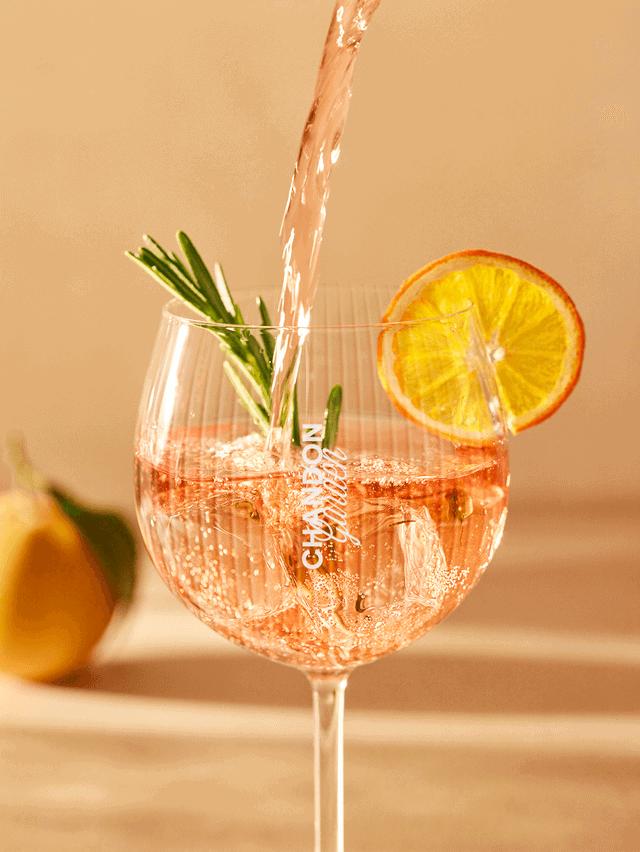 Chandon Garden Spritz im Glas mit Orangenscheibe